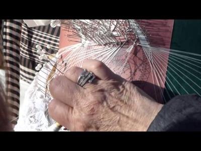 Señora en la Trovada de Santa Perpetua de la Moguda - 2013, haciendo hojas de guipur