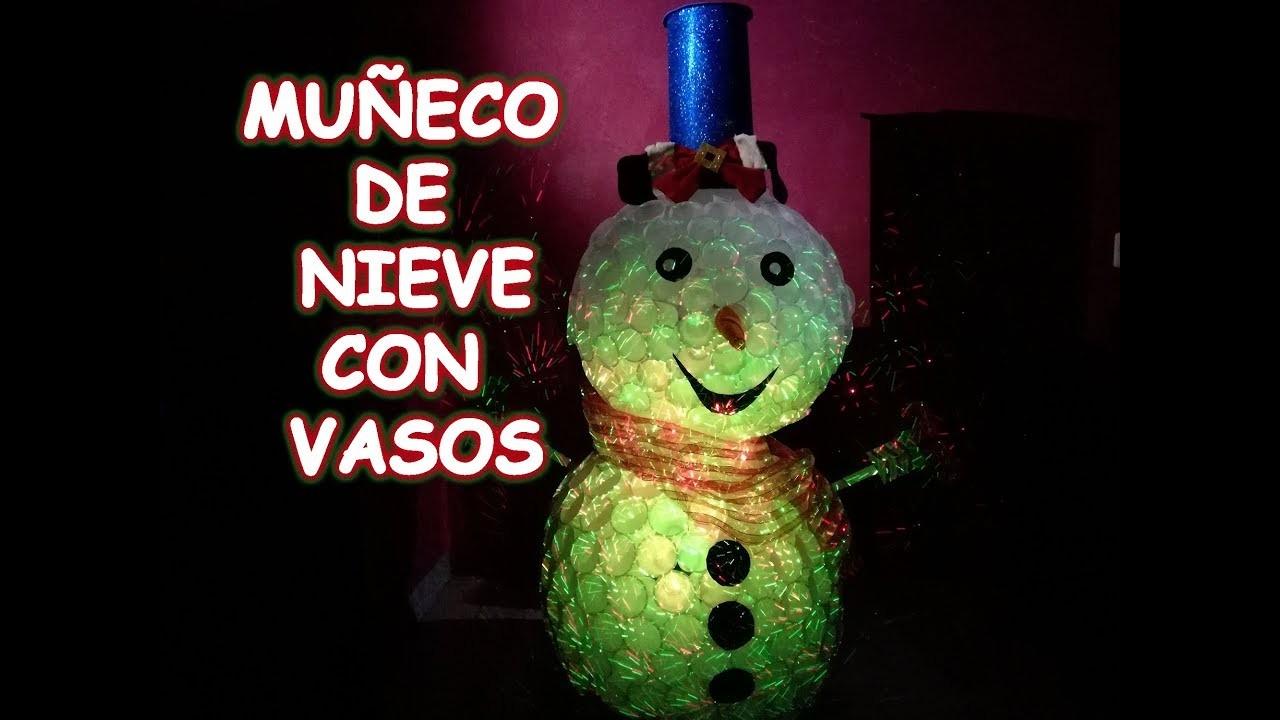 Muñeco de nieve navidad con vasos de plástico