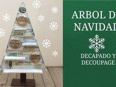 Árbol de navidad de madera decorado con decapado y decoupage