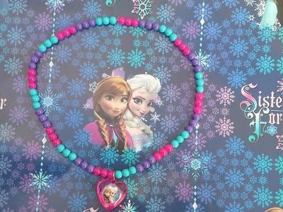 Collar con los personajes de Frozen, ideal para eventos infantiles.