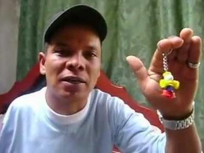 Manzur crea con su mano llaveros ejemplo de trabajo colombiano