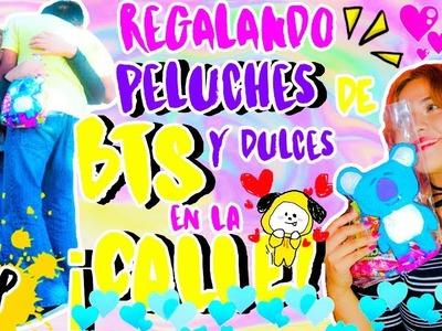 REGALANDO PELUCHES DE BTS Y DULCES EN LA CALLE ♡ Manualikpop