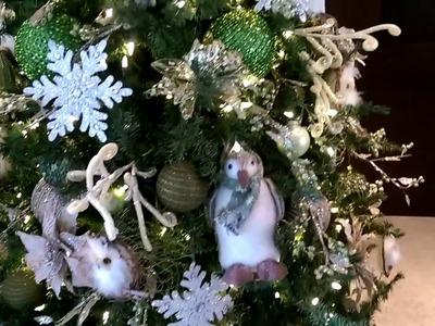 Decoración de Navidad en colores blanco con buhos, casitas y pingüinos
