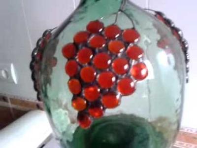 Garrafa de Vino con Racimos de Uvas.