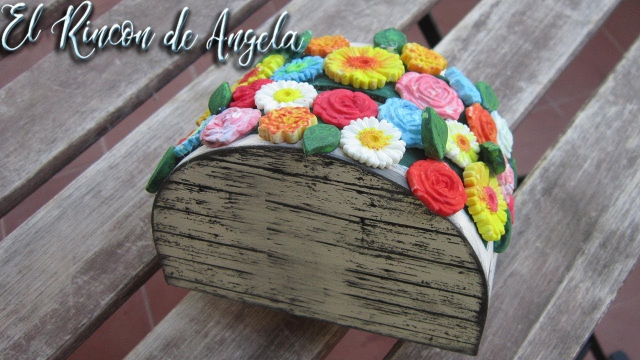 Hucha de madera decorada con chalk paint y flores de porcelana fria
