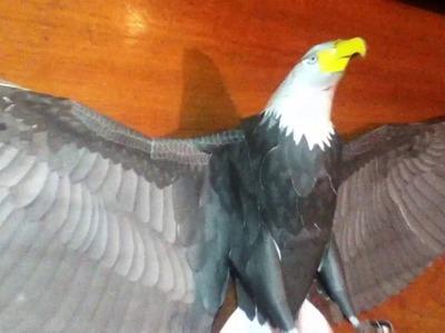 Modelo de águila en papercraft