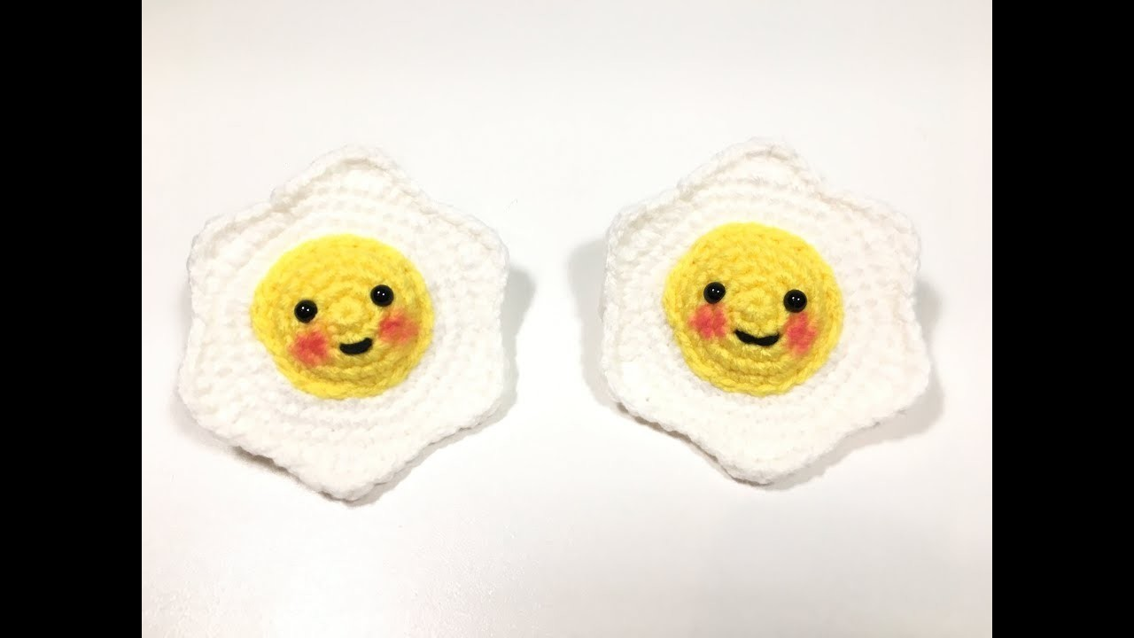 Amigurumi tejido a crochet en forma de huevo frito.kawaii amigurumi fried egg.