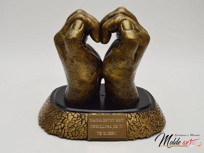 Escultura de manos de corazón