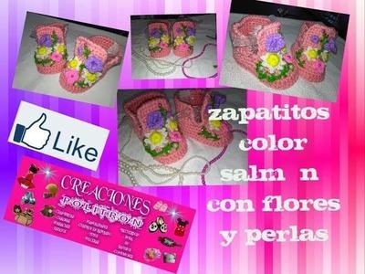 Zapatitos color salmón a crochet con flores y perlas