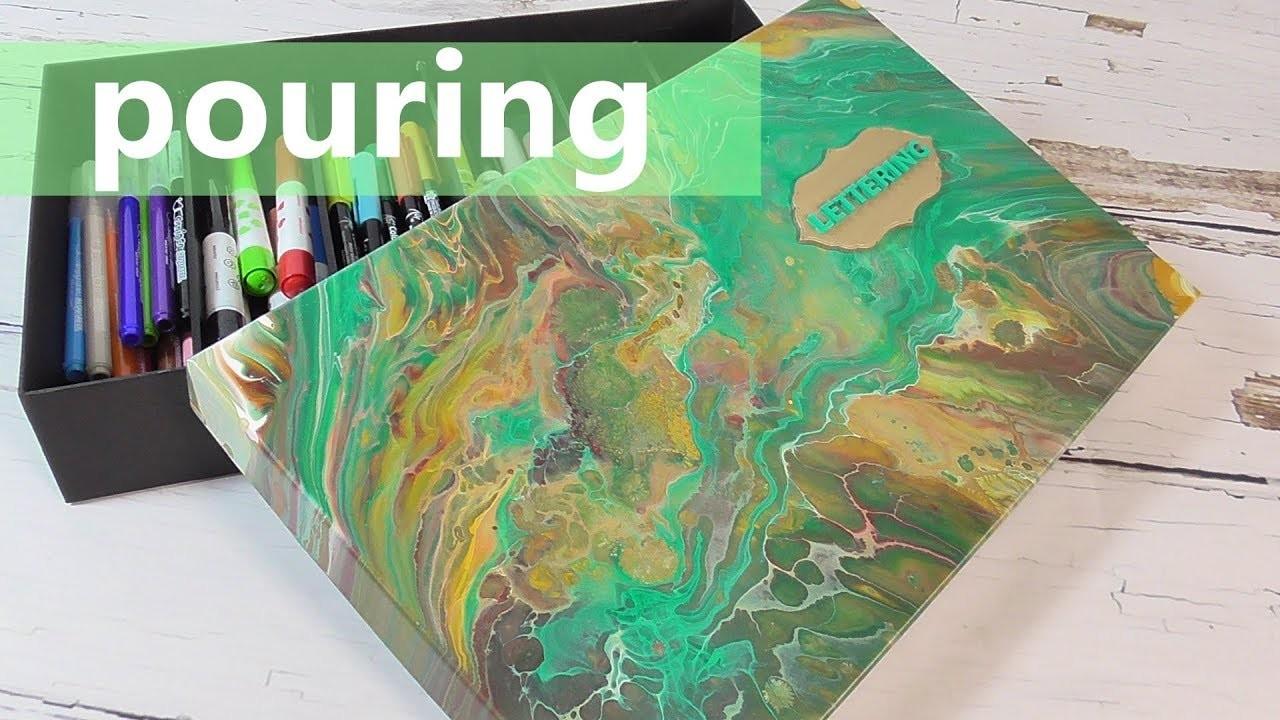 Caja de cartón decorada con la técnica pouring o vertido de pintura