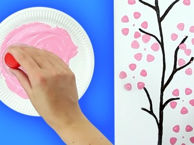 Pinta hermosos cerezos en un cuadro con botellas de plástico