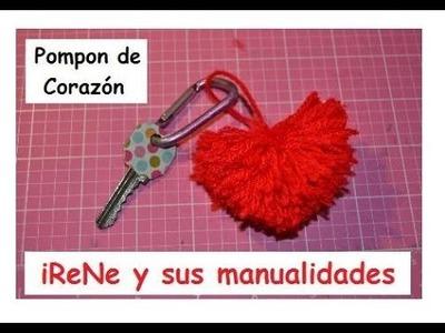 Mini pompón con forma de corazón hecho con lana para llavero
