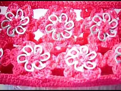 Bolsita a crochet con flores tejidas con anillas.