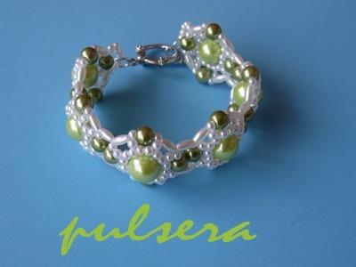 DIY - Pulsera con perlas verdesDIY - Bracelet with green pearls