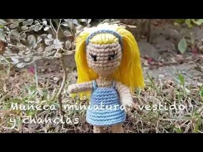 Muñeca miniatura a ganchillo: Vestido y Chanclas.
