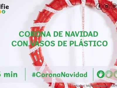Cómo hacer una corona de Navidad hecha con vasos de plástico