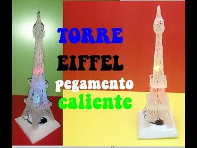 Cómo hacer una Torre Eiffel con pegamento caliente