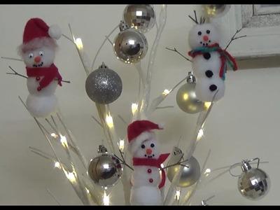 Decoración navideña muñeco de nieve de pompones.