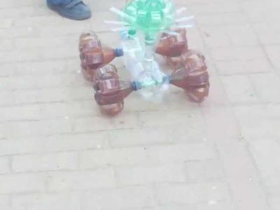Carrito echo con botellas de refresco recicladas