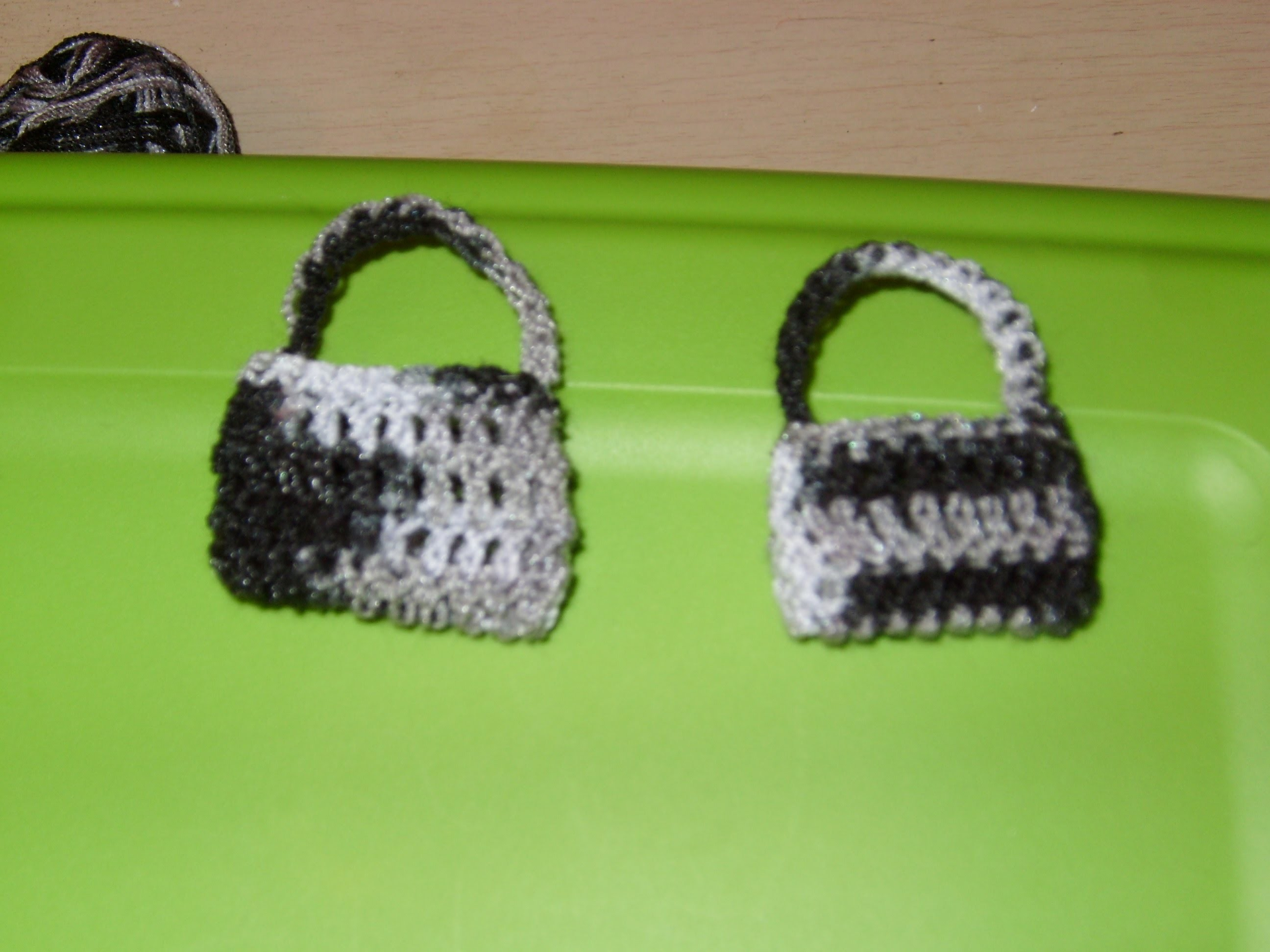 Cómo hacer una bolsita miniatura tejida a ganchillo.