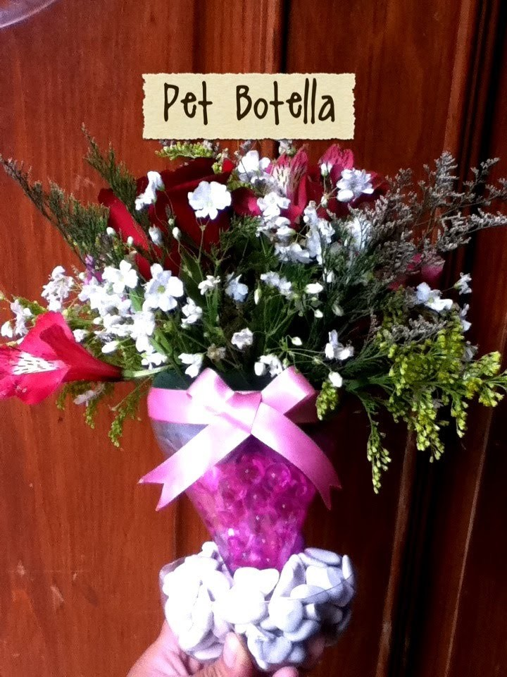 Arreglo floral con PET RECICLAJE piedras,flores bolitas Arrangement with plastic bottle recycling