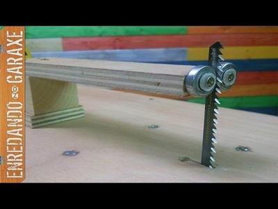 Guía vertical para sierra de calar de mesa.