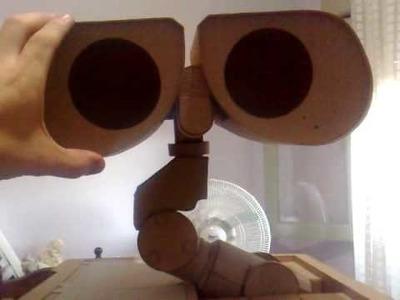 Construyendo a wall-e en carton. Building a cardboard wall-e