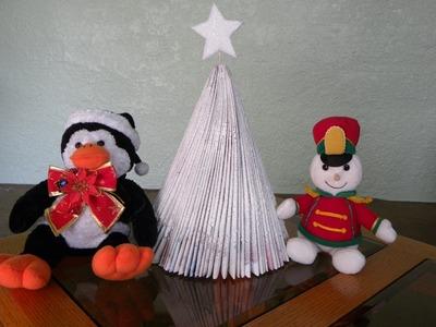 ARBOLITO DE NAVIDAD RECICLABLE HECHO CON REVISTAS. - MAGAZINE CHRISTMAS TREE