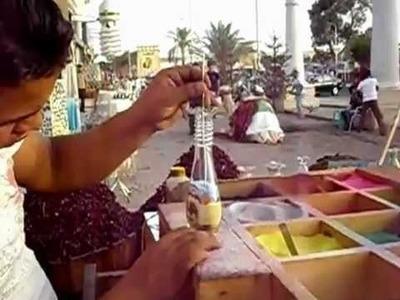 Pintando con arena de colores en una botella de vidrio.  Impresionante!