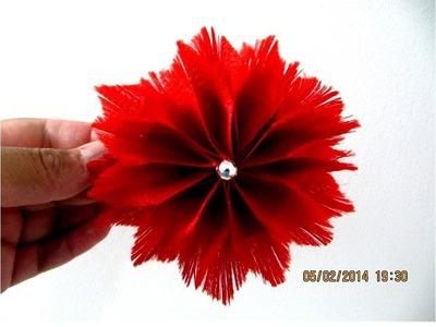 Flores rojas acacias plumosas en cintas deshilachadas para el cabello