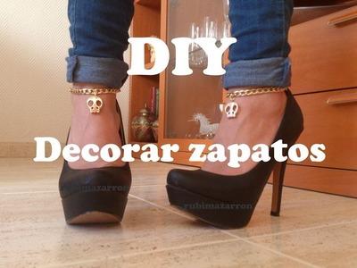 DIY.  Decorar zapatos de tacón con cadenas y calaveras