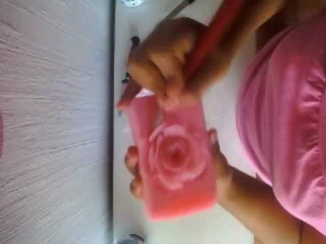 Cómo tallar una rosa en jabón