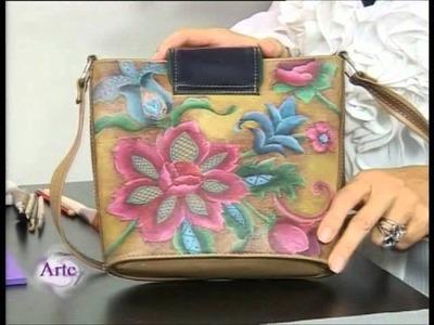 Cómo reciclar una cartera  de cuero con pintura para telas