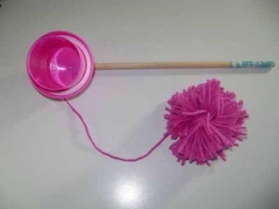 Juego de mete el pompon en el vaso con una tapa de detergente