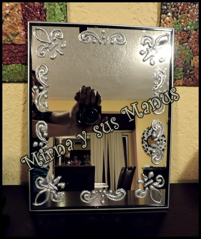 Decorando un espejo con silicon.Decorating a silicon mirror.