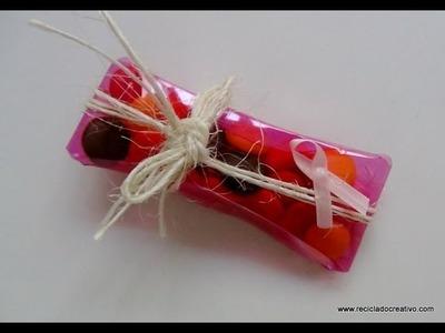Cómo realizar una caja de regalo o bombonera con forma de almohada con una botella de plástico rosa