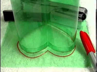 Caja en forma de corazón hecha con botellas de plastico