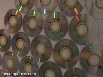 Un espejo de pared con CD desechados