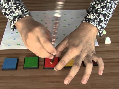 Decorar papel de regalo con la goma de un lápiz