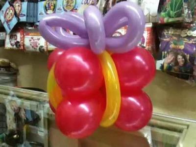 Una caja hecha con globos y helio