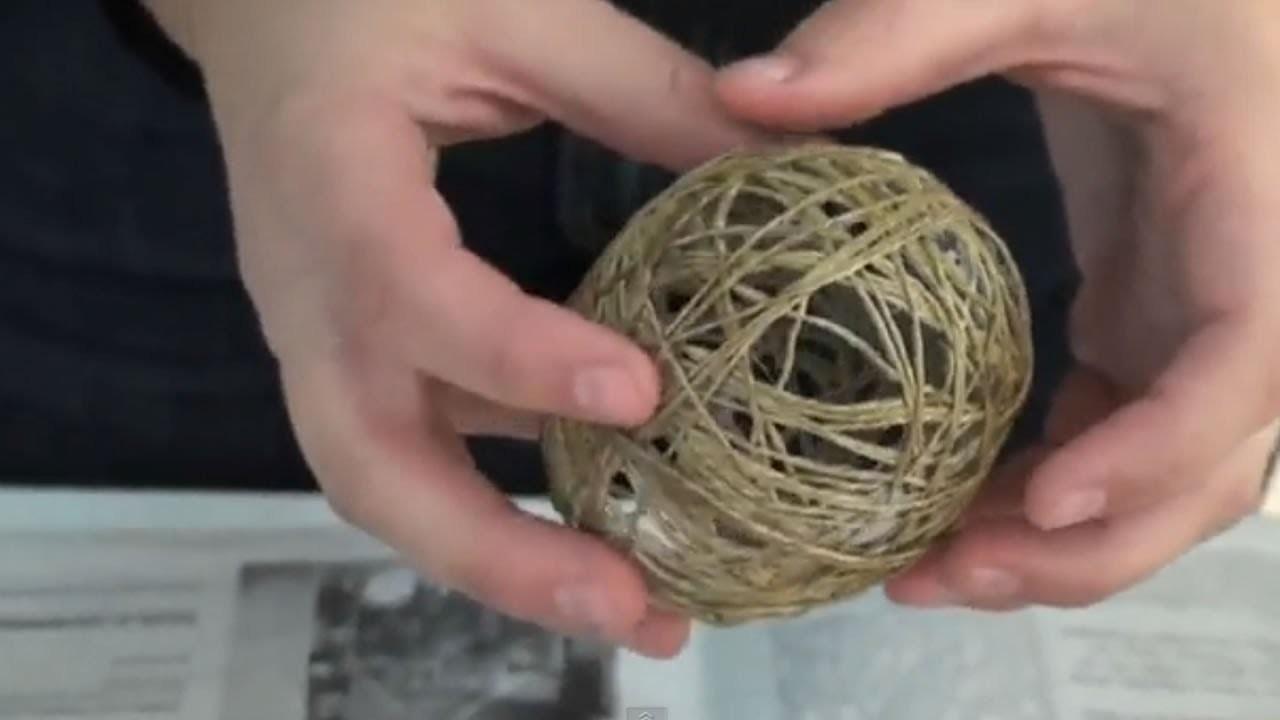Adornos de navidad reciclados. Bolas de cuerda para el árbol de navidad.