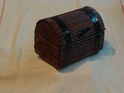 Cofre con hojas de periodico. Chest with sheets of newspaper
