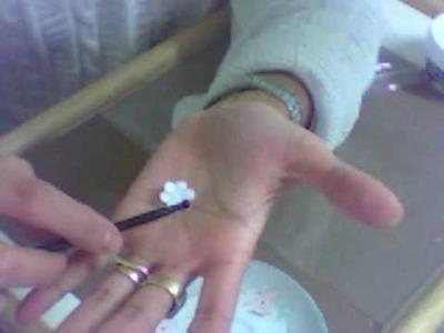 Como hacer Flores pequeñas  con porcelana fria 01