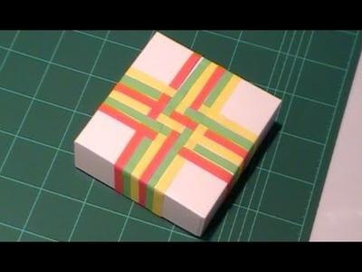 Envolver regalos de forma original con papel entrelazado. Tutorial paso a paso.