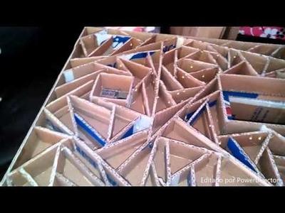 Mesa para aplicacion de uñas hecha de carton.