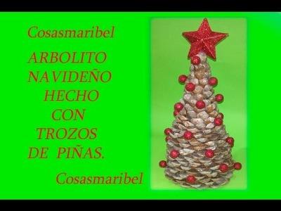 Adorno navideño reciclado;Arbolito hecho con trozos de piñas.