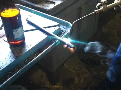 Cortando botella de vidrio con aceite 01