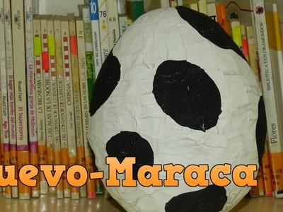 Huevo-maraca con papel reciclado. Trabajo manual para niños