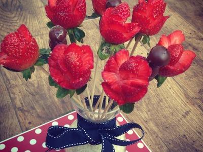 Ramo de flores de frutas y chocolate con fresas y arándanos