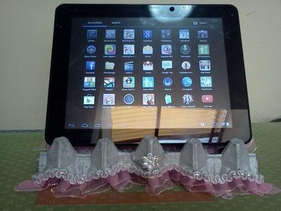 Soporte para tablet reciclando un carton de huevos